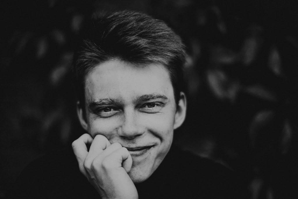 Arnis Aleinikovas schwarz weiß Porträt
