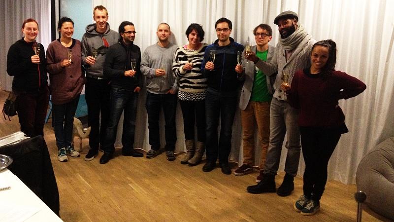 Zehn Personen stehen im Halbkreis. Foto: Aurora Rodonò