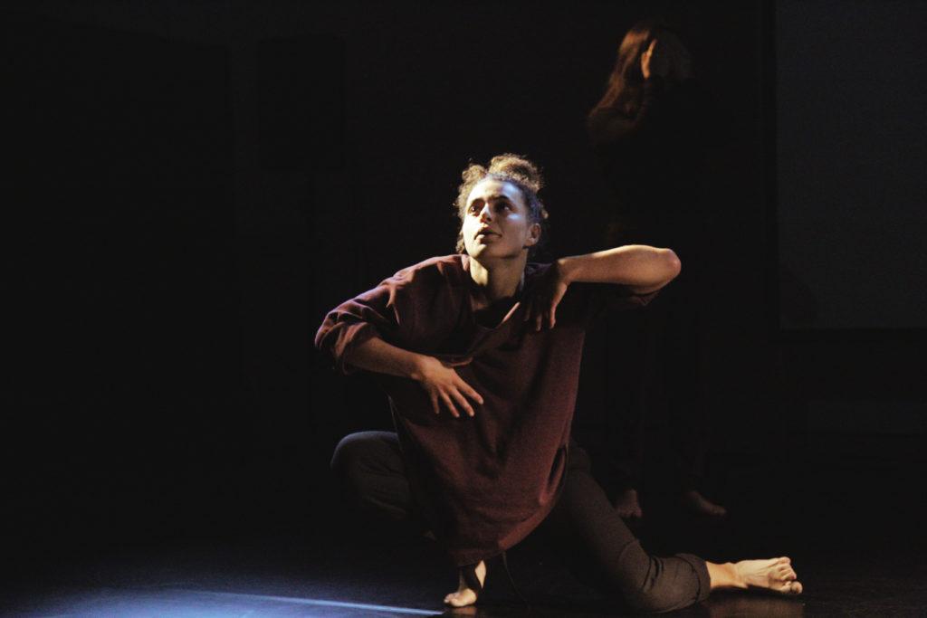 Das Foto zeigt Alex Di Capua während einer Tanzperformance auf einer Bühne