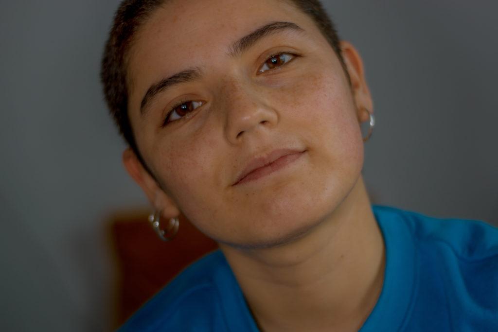 Das Foto zeigt Catalina Roldán Benavente wie sie in die Kamara guckt